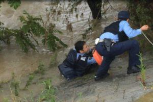 武庫川で人が流されてた!